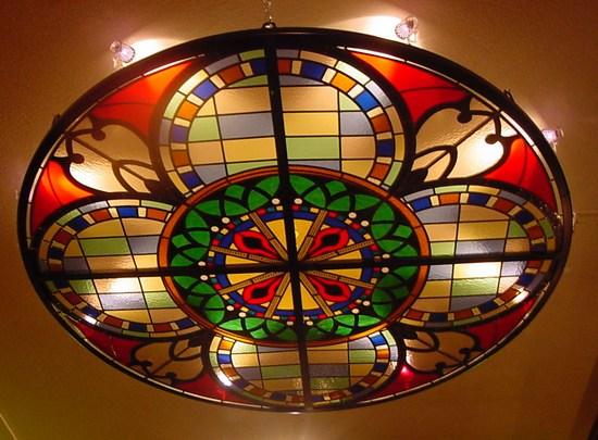 Фото потолка с подвешенным витражом
