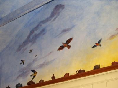 Нарисованное небо и птицы на потолке, декор кувшинами