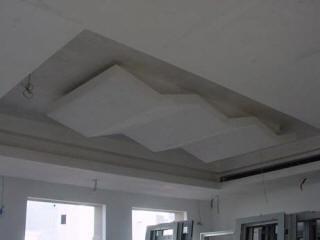 Зигзагообразная конструкция в потолке из гипрока