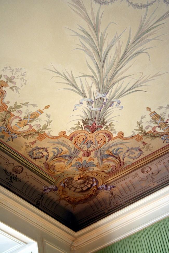 Красивая роспись угла потолка стеблями и золотыми узорами