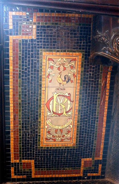 Мозаичный потолок синего цвета с геральдической символикой