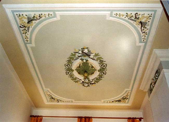 Простая роспись потолка в небольшой комнате узорами из цветов