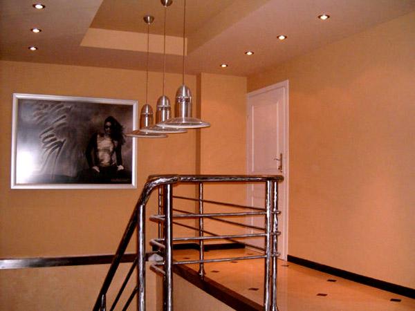 Двухуровневый потолок из гипрока над лестницей