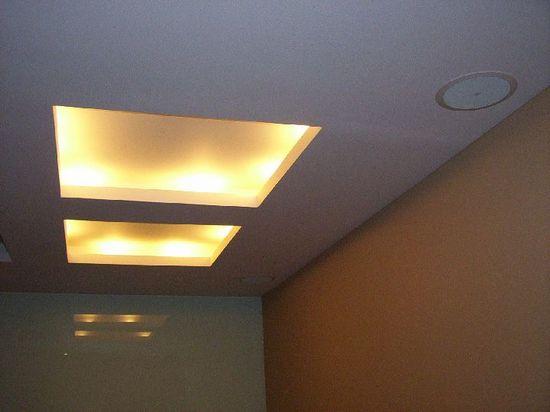 Нищи с подсветкой в потолке из гипсокартонных листов