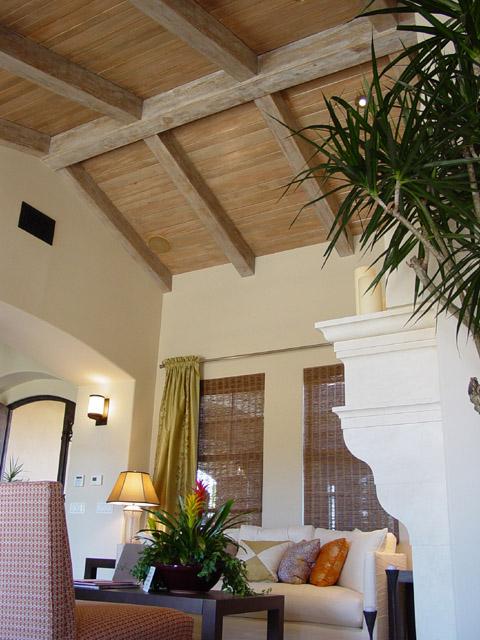 Деревянный потолок в гостиной — фото 4