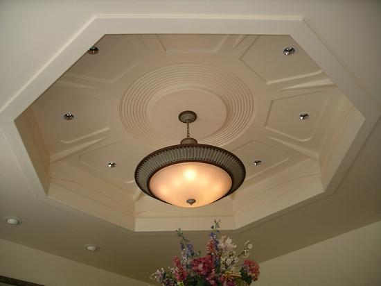 Шестиугольная ниша с лепниной в потолке из гипрока