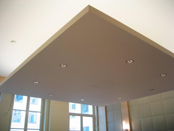 Свисающая конструкция из гипрока на потолке