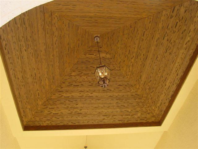 Двухуровневый потолок из дерева
