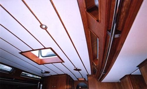Окрашенный потолок яхты