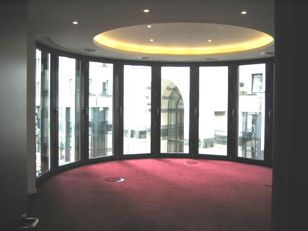 Круглая ниша в двухуровневом потолке в офисном помещении