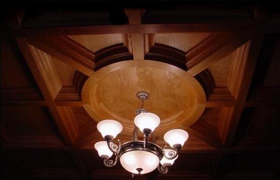 Деревянный потолок — фото 124