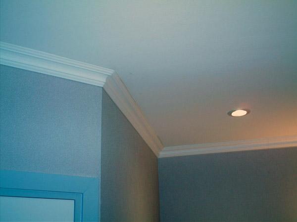 Простой потолок из ПВХ декорированный молдингом