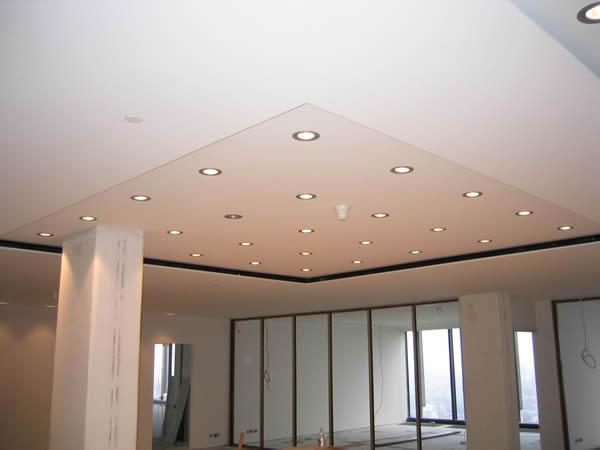 Двухуровневый потолок из гипрока со светильниками в центре