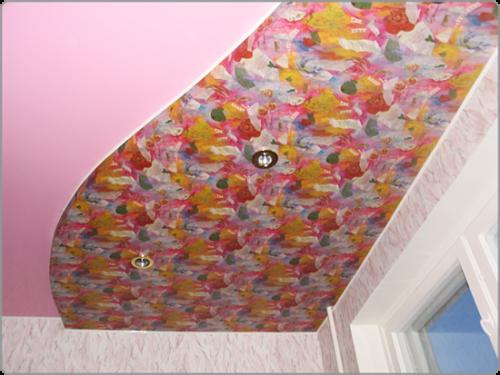 Натяжной потолок с рисунком из цветов