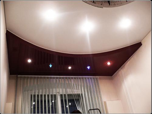 Натяжной потолок в стиле хай-тек с красной вставкой