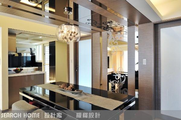 Потолок с зеркальными и деревянными панелями в столовой
