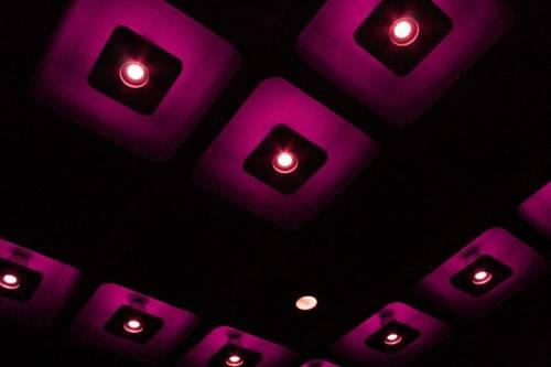 Фиолетовый потолок с точечными светильниками