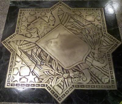 Металлические фрагменты в полу