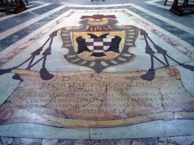 Фото мраморного пола с гербом
