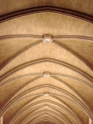 Крестовый сводчатый потолок из кирпича с росписью на замковом камне