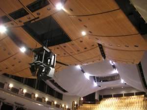 Потолок из дерева в концертном зале