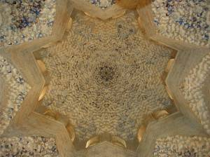 Потолок зала Абенсераги в замке Альгамбра в Гранаде (фото 2)