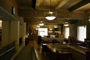 Старинный деревянный потолок с росписью на балках