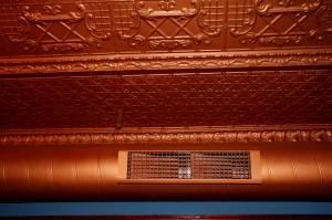Потолок из декоративных панелей — фото 12