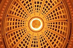 Лакунарный потолок купола с лепниной и росписью золотом