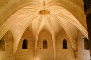 Потолок со звездчатым сводом из глиняного кирпича