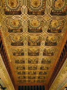Полихромный потолок дворца Альхаферия в Сарагосе
