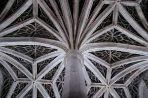 Звездчатые своды с колоннами образую потолок (фото 3)