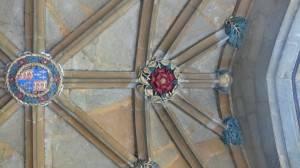Сводчатый каменный потолок с замковыми камнями на лиернах (фото 2)