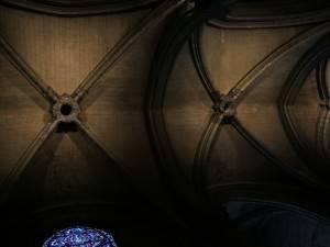 Каменный потолок со стрельчатыми сводами