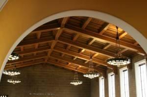 Деревянный потолок — фото 52