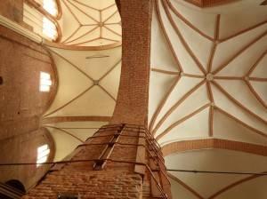 Нервюрный и звездчатый своды потолка из красного кирпича