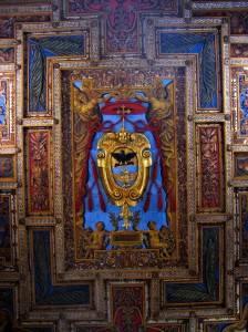 Средневековая роспись и резьба по дереву на потолке