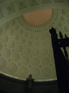 Шестиугольные кессоны на потолке ротонды Национального Архива в Вашингтоне (фото 3)