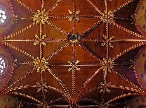 Потолок из дерева с декором резьбой по дереву