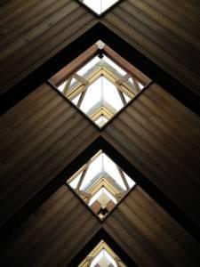 Потолок из металла с оконцами