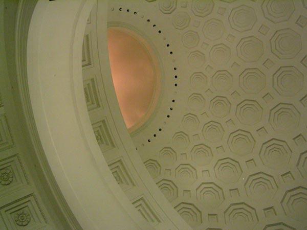 Шестиугольные кессоны на потолке ротонды Национального Архива в Вашингтоне (фото 4)