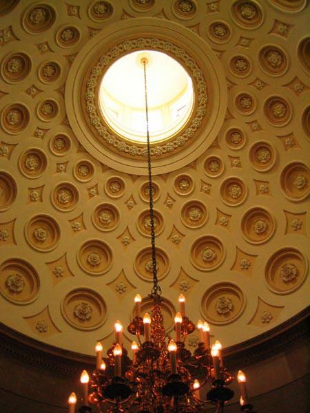 Лакунарный потолок ротонды с лепниной