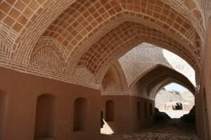 Комбинация разных видов кладок на сводчатом каменном потолке (фото 2)