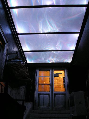 Стеклянный потолок с голубой подсветкой