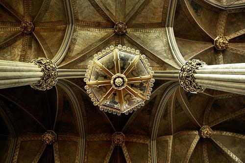 Средневековый каменный потолок с росписью и лепниной