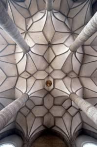Каменный потолок декорирован темными балками