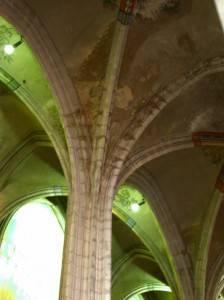 Средневековый каменный сводчатый потолок с росписью