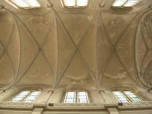 Фронтальный вид на своды каменного потолка