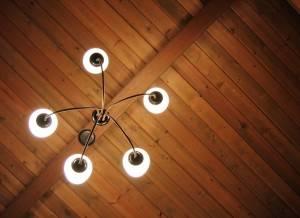 Деревянный потолок — фото 55