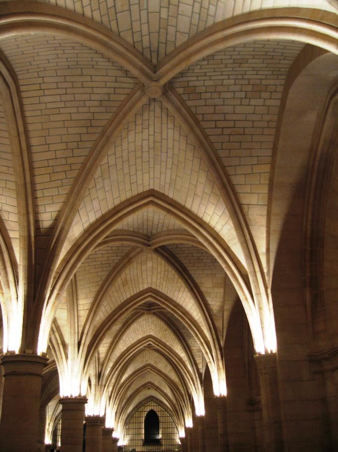 Анфилада из сводов кирпичного потолка и колонн